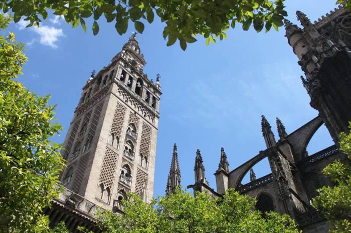 Giralda Tower. Dulunya merupakan menara adzan sebelum akhirnya berubah menjadi menara lonceng gereja.