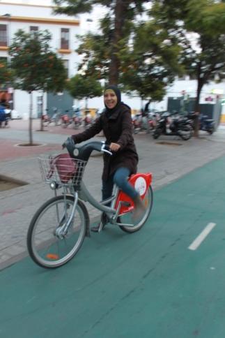*Abaikan tampangnya yang girang* Enaknya bersepeda di Sevilla adalah bebas hambatan karena sudah disediakan jalur khusus (berwarna hijau) bersebelahan dengan jalur pejalan kaki.