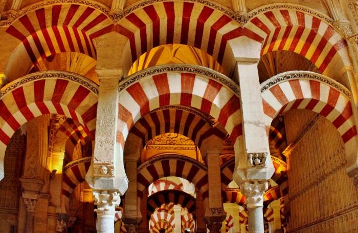 Pilar dengan Lengkungan Khas Arsitektur Islam