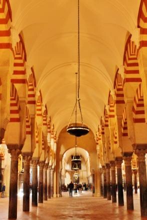 Pilar-pilar dengan lampu yang temaram