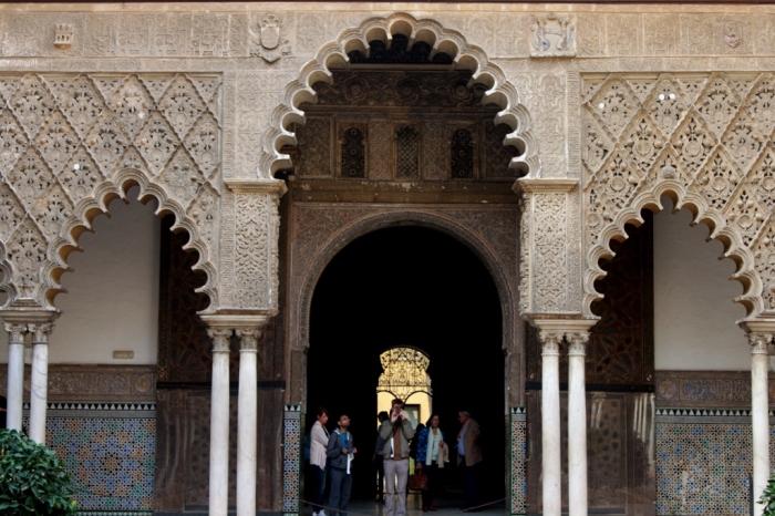 Fasad yang mengelilingi The Courtyard Maiden, Khas Arsitektur Islam