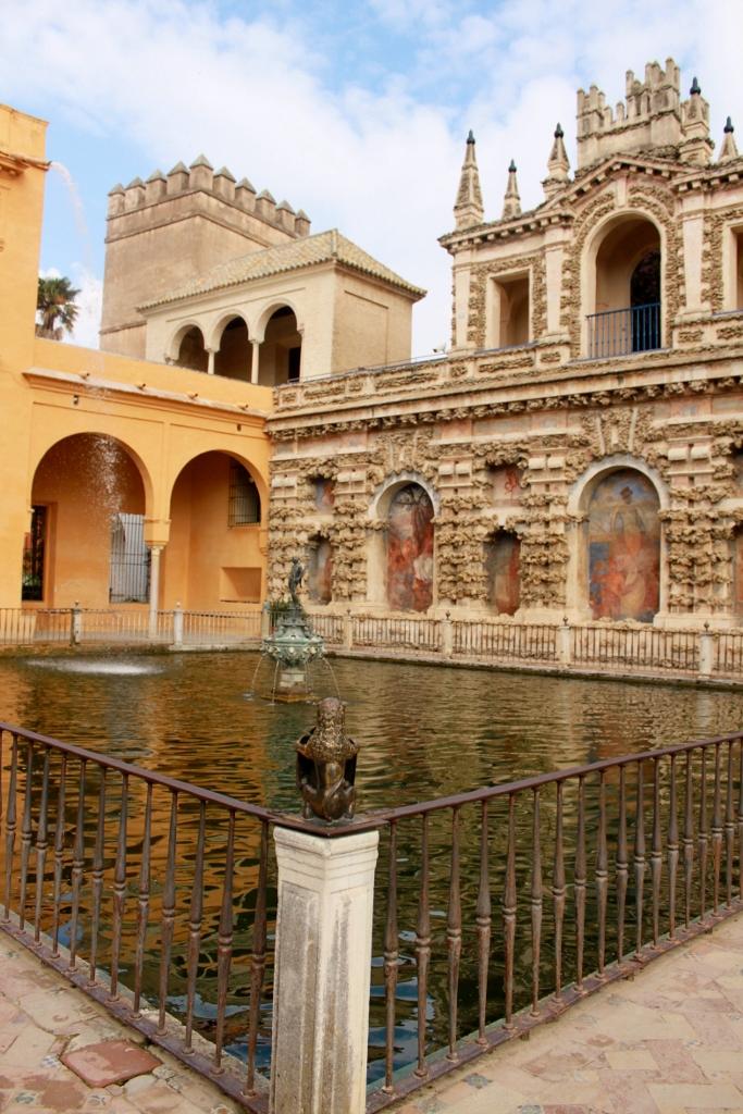 Perpaduan arsitektur Islam (kiri atas) dan Gothic (kanan)