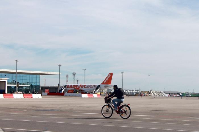 Bersepeda Melewati Landasan Pacu Pesawat