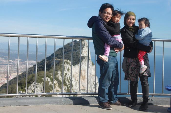 Berfoto dengan Latar Belakang Jabal Tariq... Masya Allah, Allahu Akbar!