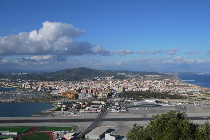 Memandang Spanyol di balik lintasan pesawat dan bandara Gibraltar