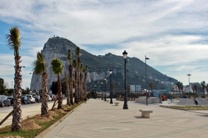 Rock of Gibraltar atau Jabal Tariq dilihat dari La Linea, Spanyol