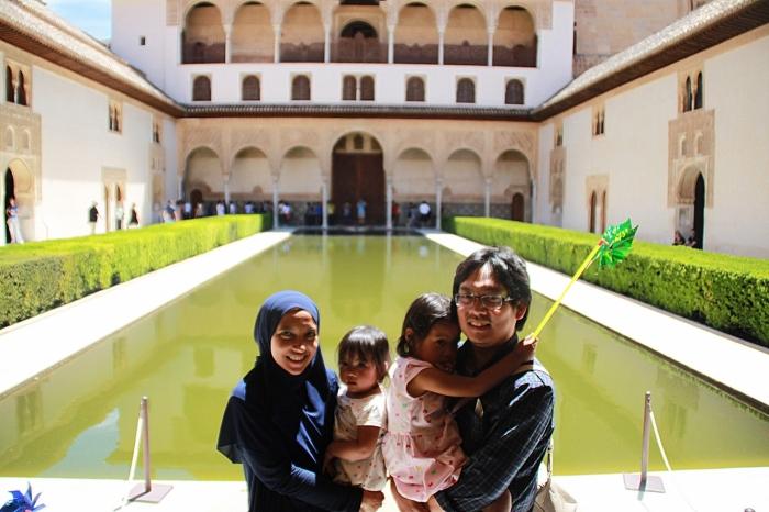 Berfoto di depan Alhambra.jpg